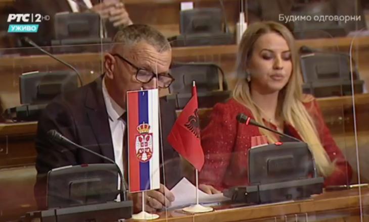 Shaip Kamberi nxjerrë flamurin shqiptar në Parlamentin e Serbisë