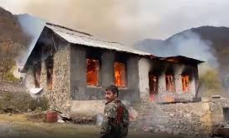Armenët djegin shtëpitë para se t'ua lëshojnë azerëve në Nagorno – Karabakh