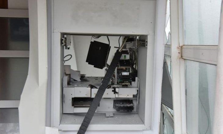 Grabitje me eksploziv në një bankomat në Prishtinë, të dyshuarit e gjuajnë me armë rojen