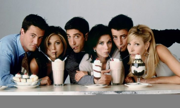 """Aktori i """"Friends"""" i jep fund beqarisë me të dashurën 22 vjet më të re"""