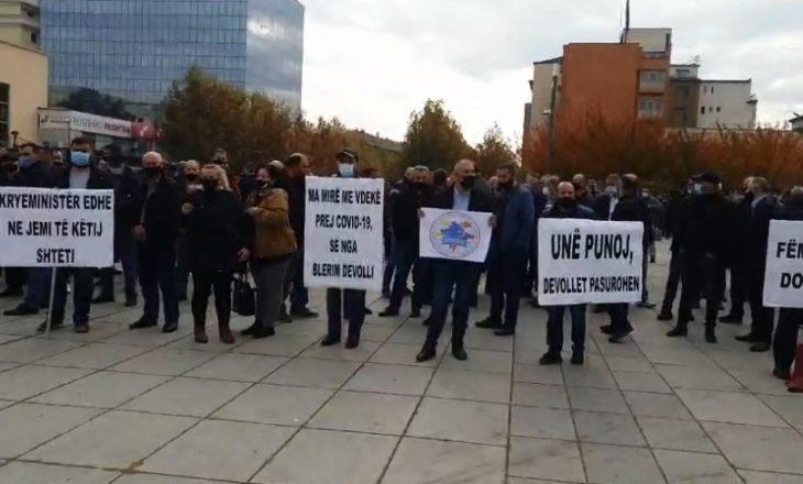 Punëtorët e Telekomit protestojnë para Qeverisë