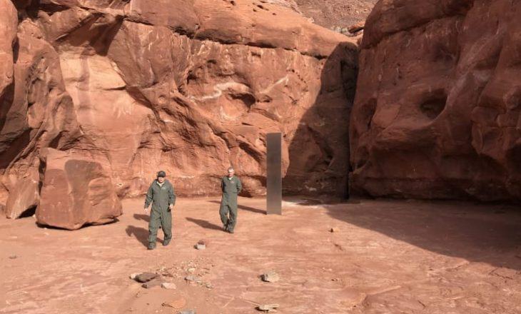 Një monolit misterioz metali është gjetur në shkretëtirën e Utah dhe askush nuk di kush e ka vendosur