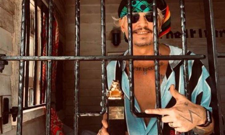 Johnny Depp pranon çmimin e fituar 'prapa grilave'