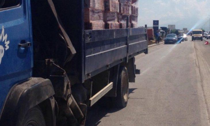 Kamioni aksidentohet në Sllatinë – lëndohet shoferi