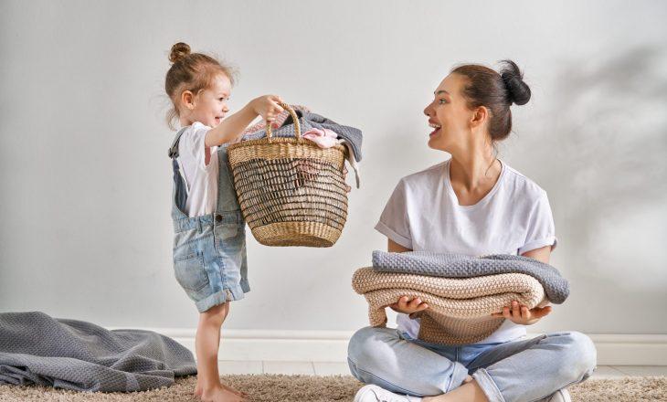 Mosha kur fëmijët duhet të fillojnë të ndihmojnë në punët e shtëpisë
