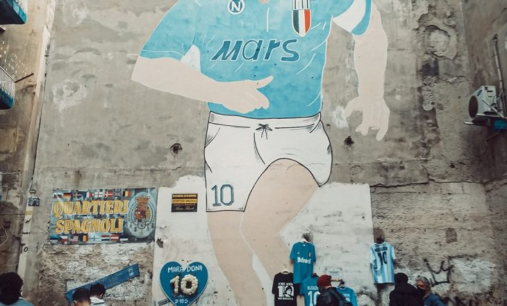 Napoli kujton Maradonën