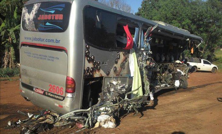 Të paktën 41 të vrarë pas përplasjes së autobusit dhe kamionit në Brazil