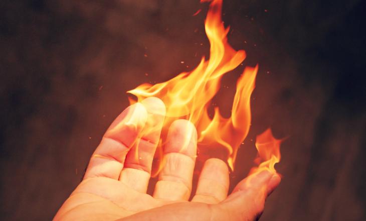 Një shitësi të cigareve ia hedhin zjarrin në duar
