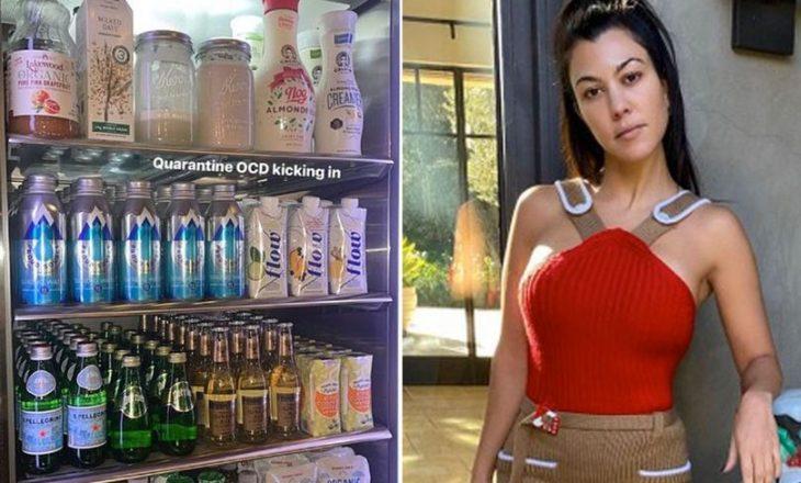 Kourtney Kardashian u mban leksione për mospërdorimin e plastikës fansave, para frigoriferit të ekspozuar me shumë shishe plastike