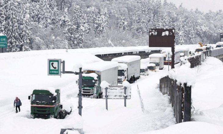 Japoni: Bora bllokon rreth një mijë shoferë në autostradën e ngrirë