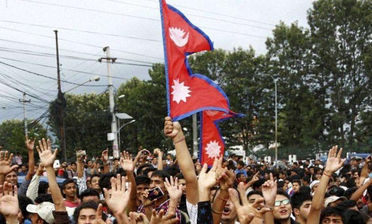 Mijëra persona protestojnë në Nepal kundër kryeministrit që shpërndau Parlamentin