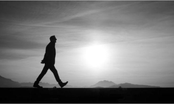 Një burrë doli të ecë pas zënkës me bashkëshorten, përshkroi qindra kilometra dhe në fund u gjobit