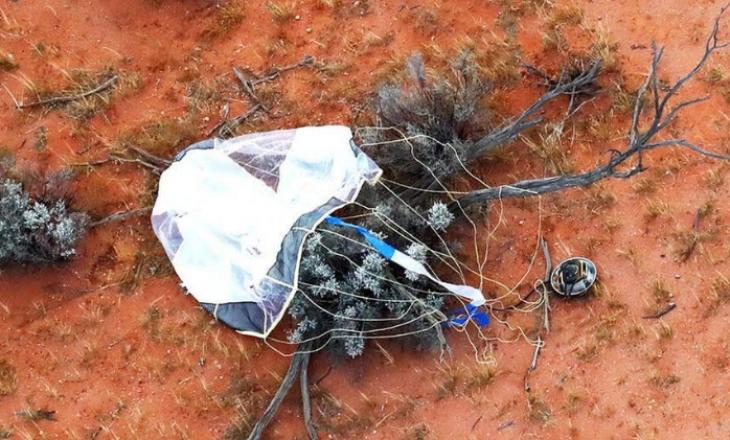 Një kapsulë hapësinore me përmbajtje asteroidësh gjendet në shkretëtirën australiane