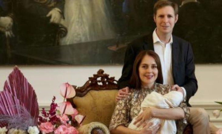 Familja mbretërore shqiptare urojnë Krishtlindjen duke zbuluar portretin e princeshës foshnje