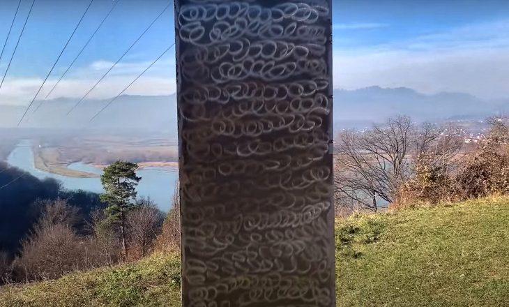 Një tjetër monolit misterioz i ngjajshëm me atë në Utah paraqitet në Romani