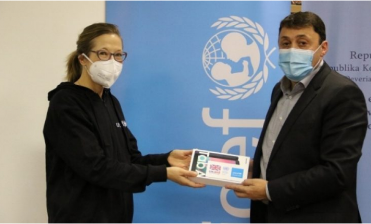 UNICEF-i dhuron 633 tabletë për fëmijët me nevoja të veçanta