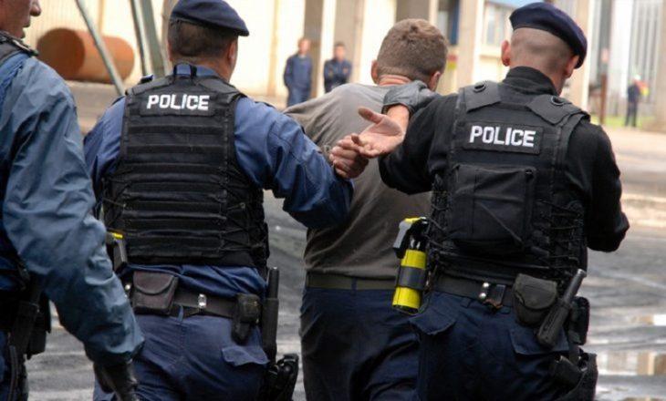 """Mashtruan gjermanët përmes """"Call Center"""", arrestohen tetë persona – konfiskohen vetura, para dhe kompjuterë"""