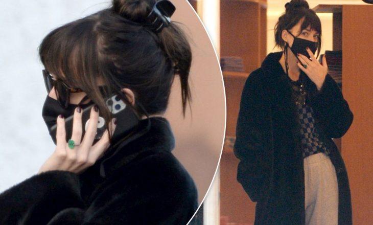 Një unazë në dorën e Dakota Johnson nxit thashetheme për një fejesë të mundshme me Chris Martin
