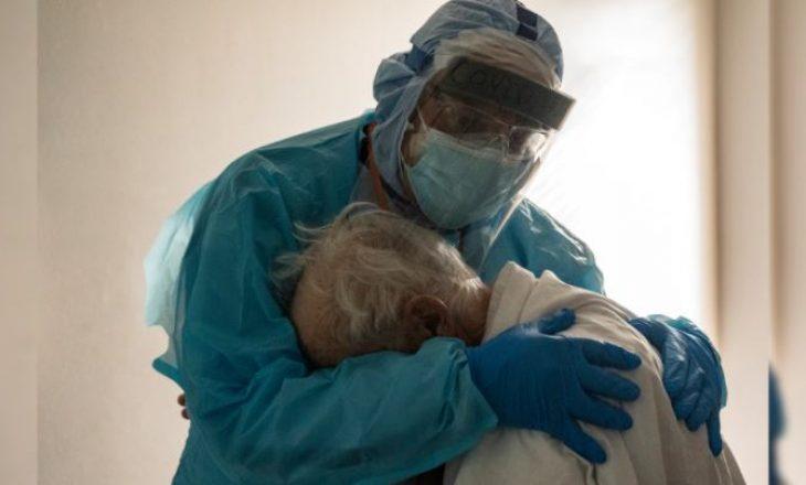 Fotoja bëhet virale: Doktori mbanë në përqafim pacientin me Coronavirus