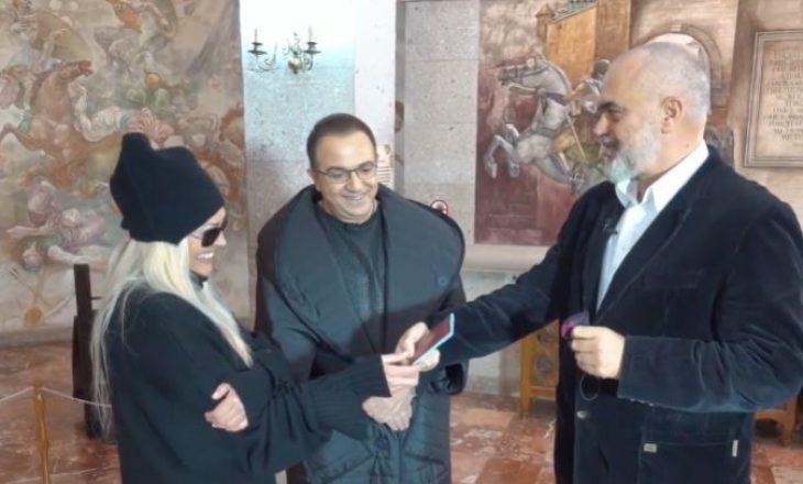 Ana Oxa zyrtarisht një shtetase e Shqipërisë – Edi Rama i dhuron personalisht pasaportën