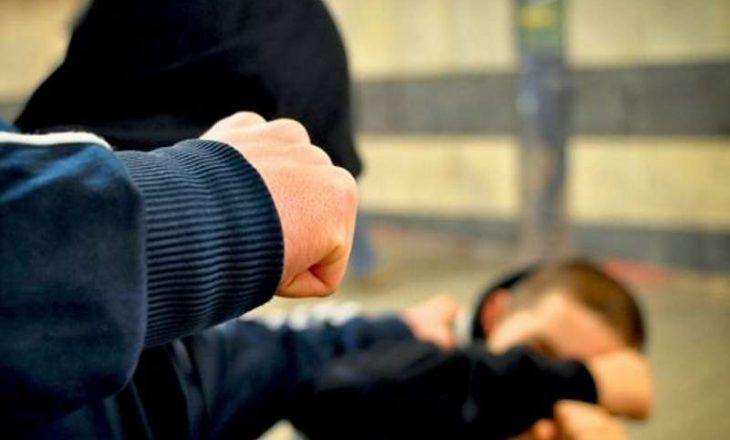 Babai i dehur e rrah djalin e droguar