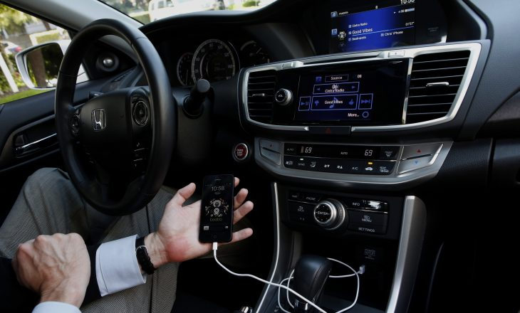 Ja pse kurrë nuk duhet ta karikoni telefonin tuaj në makinë