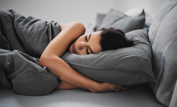 Gjumi juaj sonte ndikon në mënyrën se si reagoni ndaj stresit nesër