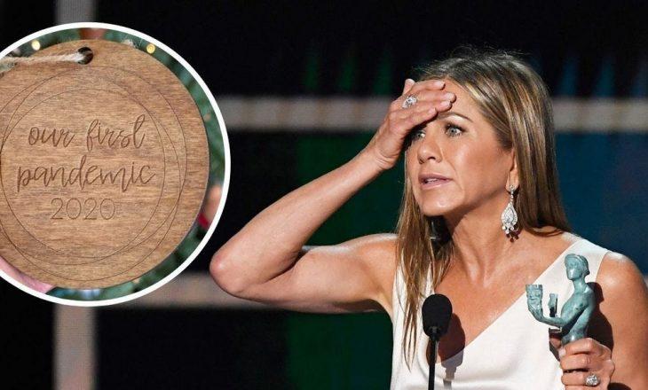 Një stoli në pemën e Krishtlindjes së Jennifer Aniston, shkaktoi debat në internet