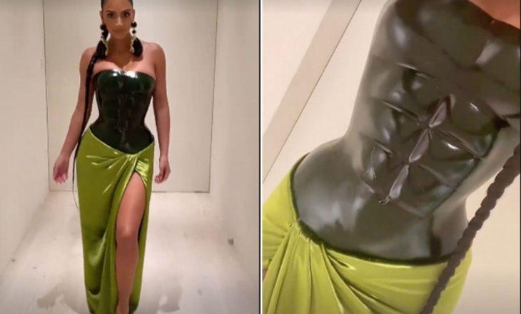 Fustani i Krishtlindjes së Kim Kardashian me muskuj të barkut të gdhendur
