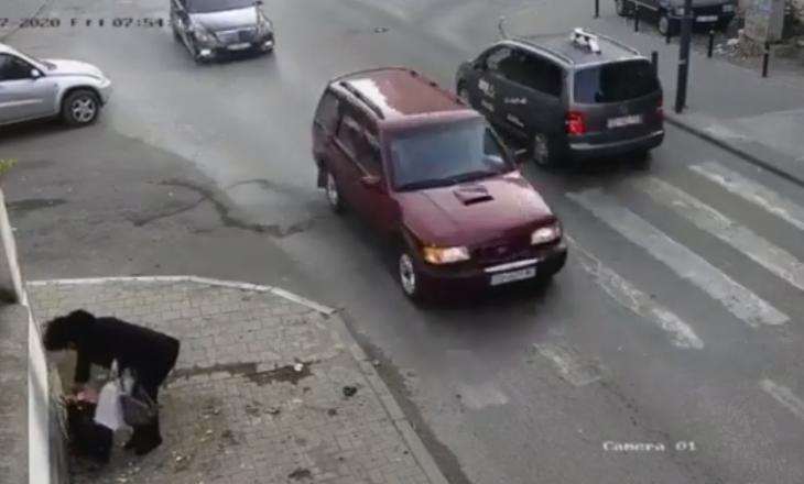Kryetari i Pejës publikon videon e një gruaje që hedh mbeturina në rrugë dhe më pas i fotografon
