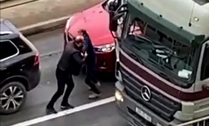 Aksident mes tri veturave në Prishtinë – Të aksidentuarit rrihen mes vete