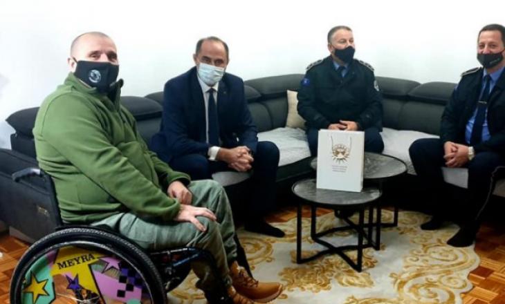 Drejtori i Përgjithshëm i Policisë së Kosovës vizitoi policin e aksidentuar 14 vjet më parë