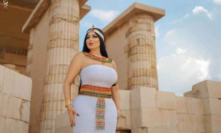 Modelja arrestohet se pozoi në një piramidë antike
