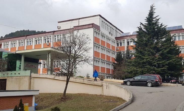 Vdes një i burgosur në Spitalin e Pejës