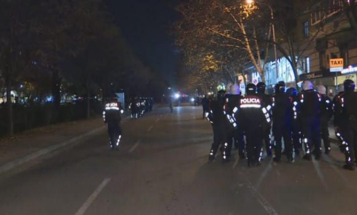 Shqipëri: Në Tiranë policia shpërndan protestuesit te kryeministria