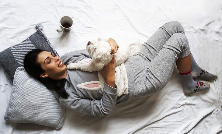 Arsyet pse nuk duhet te flini me pizhame të ngrohta (edhe në dimër)