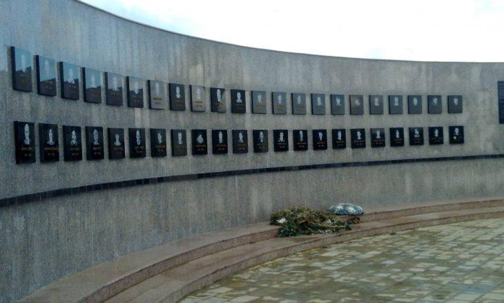 Vjosa Osmani sot bën homazhe te Kompleksi Memorial në Reçak