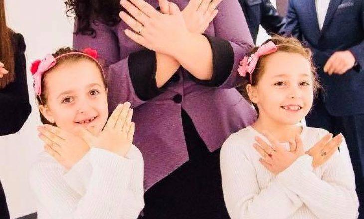 Osmani publikon fotografi me vajzat, i quan shqiponja