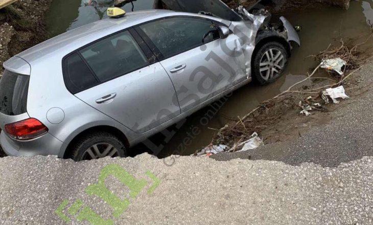 Bije një veturë poshtë urës në Istog, një person i lënduar