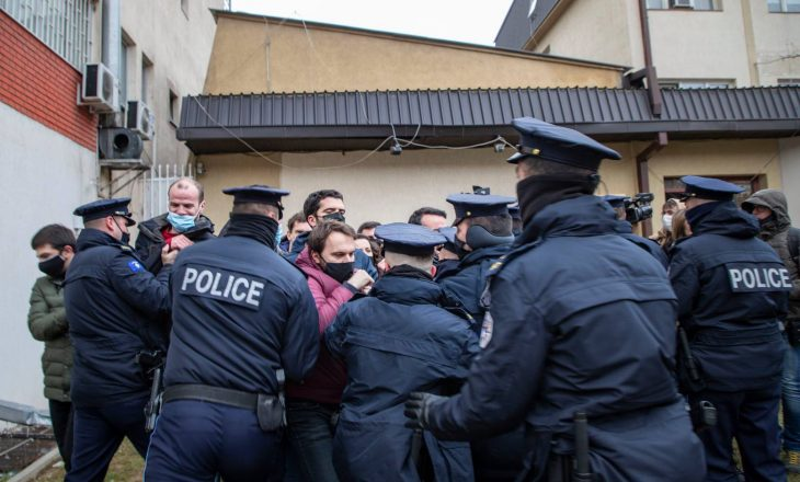 """Frashër Krasniqi thotë se u rrahën nga policia, publikon foton e """"policit që goditi Natyra Kuçin"""""""