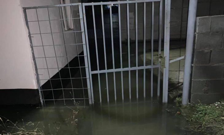 Përmbytjet në Mitrovicën e Veriut, banorët kalojnë natën jashtë