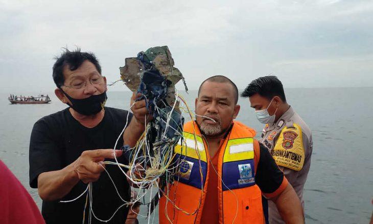 Indonezi: Gjenden mbetjet e avionit të rrëzuar