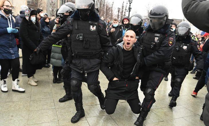 Arrestohen protestuesit që kërkuan lirimin e opozitarit rus Navalny