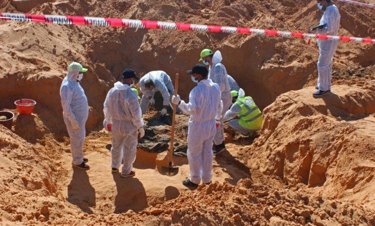 Dhjetë trupa të tjerë u zbuluan në varrezën masive të Libisë