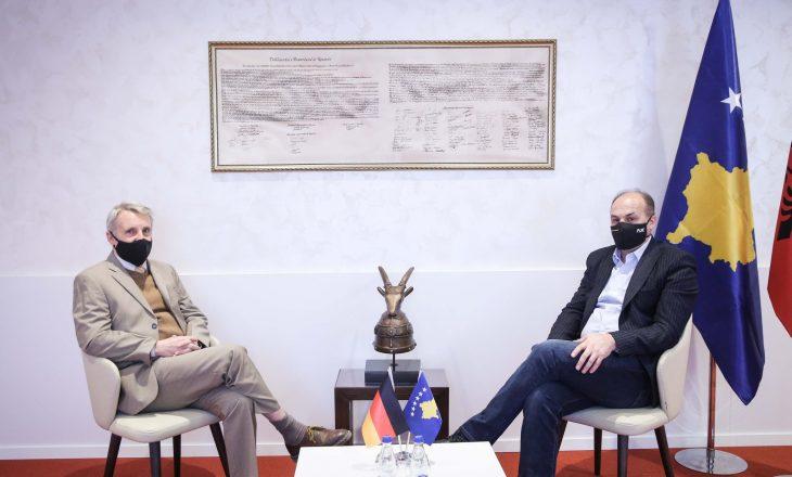 Hoxhaj takohet me ambasadorin gjerman, bisedojnë për organizimin e zgjedhjeve të lira
