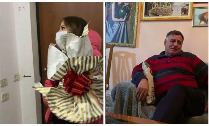 Surpriza që përloti një zotëri që festonte vitin e ri i vetëm – Arbana Osmani publikon videon