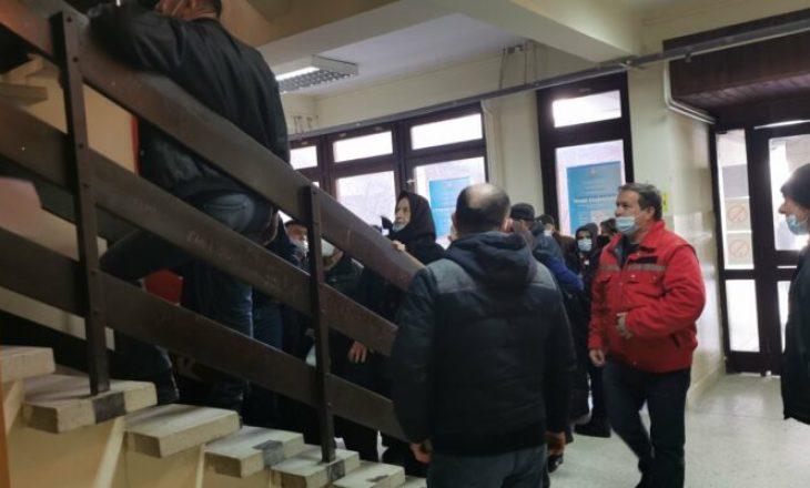 """""""Bujanovacke"""": Shqiptarët nga Kosova po shkojnë në Bujanovc për t`u vaksinuar ndaj COVID-19"""