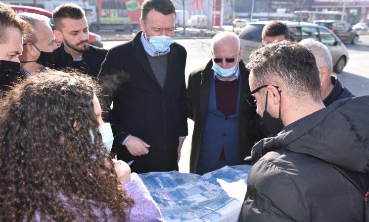 """Abrashi prezanton projektin për shkarkimin nga veturat të lagjes """"Dardania"""" në Fushë Kosovë"""