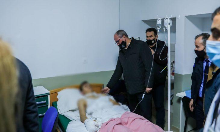 Aliu viziton të lënduarit në Ferizaj