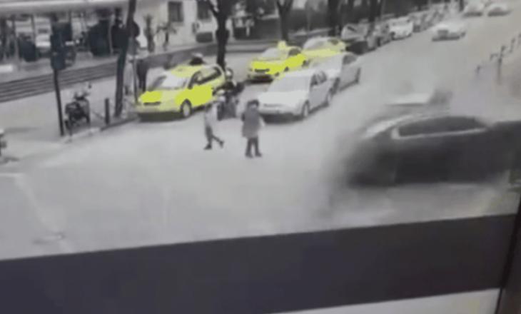Aksident në Tiranë, kalimtarët shpëtojnë rastësisht